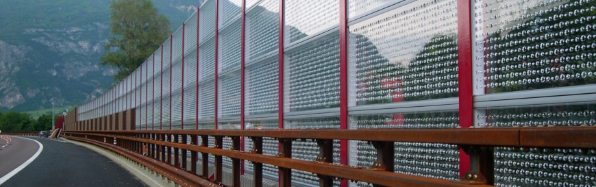Noise-cancelling highway guardrail